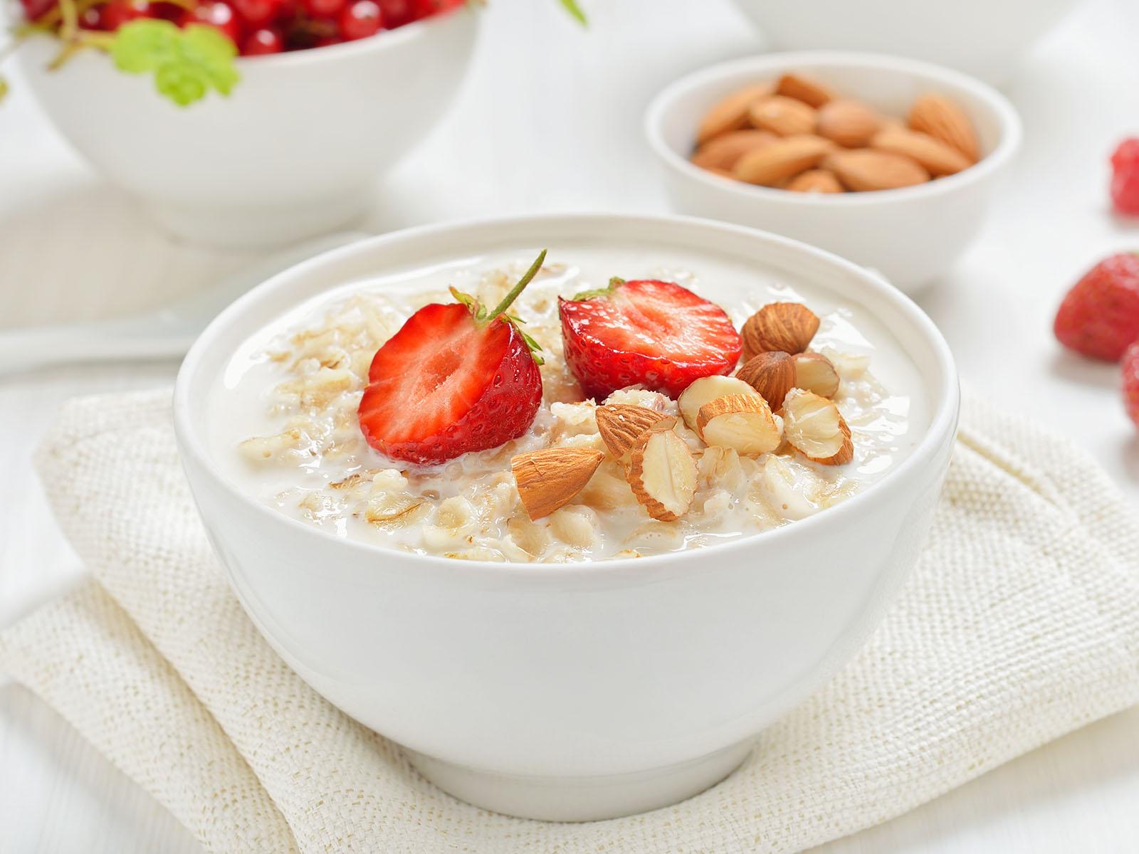 Porridge tradizionale con fragole